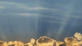 Θεϊκά σύννεφα με τις ακτίνες ήλιων απόθεμα βίντεο