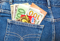 Θεώρηση πιστωτικών καρτών με τα αμερικανικά δολάρια και τις ευρο- σημειώσεις που κολλούν από Στοκ Φωτογραφίες