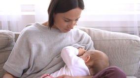 Θηλάζοντας κόρη μωρών μητέρων στο σπίτι απόθεμα βίντεο