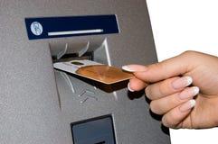 Θηλυκά ένθετα χεριών που καταθέτουν την κάρτα σε τράπεζα Στοκ Φωτογραφίες
