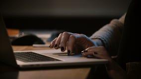 Θηλυκά δάχτυλα κινηματογραφήσεων σε πρώτο πλάνο που χρησιμοποιούν το lap-top trackpad Γυναίκα που κάνει σερφ τον Ιστό, χέρια στο  απόθεμα βίντεο