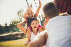 Θηλυκά ενάντια στα αρσενικά Οικογενειακή καλαθοσφαίριση στοκ εικόνα με δικαίωμα ελεύθερης χρήσης