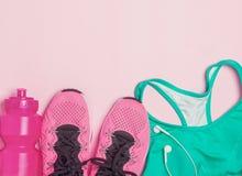 Θηλυκά εξαρτήματα ικανότητας: πάνινα παπούτσια, μπουκάλι με το νερό και αθλητικός στηθόδεσμος στοκ φωτογραφία με δικαίωμα ελεύθερης χρήσης