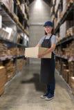 Θηλυκά κιβώτια δεμάτων προσωπικού ανυψωτικά στην αποθήκη εμπορευμάτων στοκ εικόνα