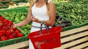 Θηλυκά λαχανικά αγοράς πελατών στην υπεραγορά απόθεμα βίντεο