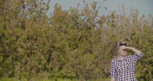 Θηλυκά μάτια προστατευτικών καλυμμάτων ερευνητών εξετάζοντας τα οπωρωφόρα δέντρα απόθεμα βίντεο