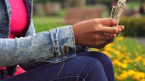 Θηλυκά μετρώντας αμερικανικά δολάρια απόθεμα βίντεο