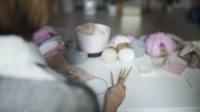 Θηλυκά να βρεθεί χεριών ράβοντας εξαρτήματα στον πίνακα Πλέκοντας μαλλί χόμπι γυναικών φιλμ μικρού μήκους