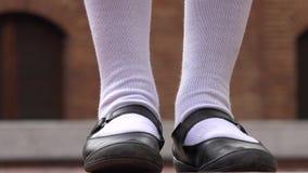Θηλυκά παπούτσια εφήβων και άσπρες κάλτσες Στοκ φωτογραφία με δικαίωμα ελεύθερης χρήσης