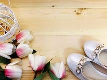 Θηλυκά παπούτσια σε ένα χαμηλό τακούνι στο ξύλινο υπόβαθρο στοκ φωτογραφίες