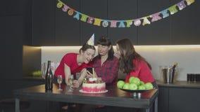 Θηλυκά που προσέχουν τις φωτογραφίες στο τηλεφωνικό στο σπίτι γεγονός απόθεμα βίντεο