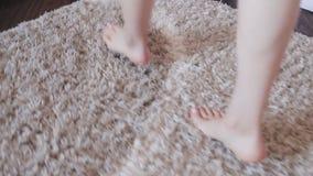 Θηλυκά πόδια Γυναίκα το πρωί Ελκυστική προκλητική γυναίκα με τη λεπτή στάση σωμάτων κοντά στο παράθυρο στο σπίτι της απόθεμα βίντεο