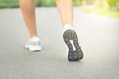 Θηλυκά πόδια δρομέων που στην οδό στοκ φωτογραφίες