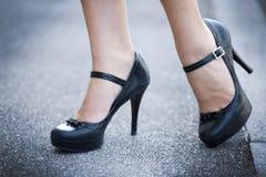 Θηλυκά πόδια και υψηλά παπούτσια τακουνιών Στοκ Εικόνα