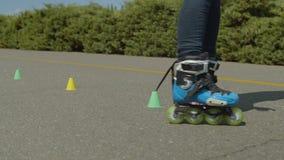 Θηλυκά πόδια που οδηγούν τους σταυρωτούς στρογγυλούς κώνους υπαίθρια απόθεμα βίντεο
