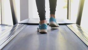 Θηλυκά πόδια που τρέχουν treadmill στη γυμναστική Νέα γυναίκα που ασκεί κατά τη διάρκεια του καρδιο workout Πόδια των κοριτσιών σ φιλμ μικρού μήκους