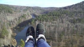 Θηλυκά πόδια που φορούν τις μπότες Οδοιπόρος γυναικών στη τοπ αιχμή βουνών Προσιτότητα επιτεύγματος απόθεμα βίντεο