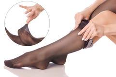 Θηλυκά πόδια στις μαύρες κιλότες γυναικείων καλτσών που απαριθμούν την ιατρική ομορφιάς Στοκ εικόνα με δικαίωμα ελεύθερης χρήσης