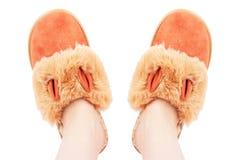 Θηλυκά πόδια στις παντόφλες χρώματος, σε ένα άσπρο υπόβαθρο στοκ εικόνα με δικαίωμα ελεύθερης χρήσης