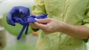 Θηλυκά χέρια γιατρών που βάζουν στα αποστειρωμένα γάντια Χέρια εργαστηριακών εργαζομένων απόθεμα βίντεο