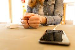 Θηλυκά χέρια και smartphone Τα χέρια γυναικών ` s παγίδεψαν και τύλιξαν το ο Στοκ φωτογραφία με δικαίωμα ελεύθερης χρήσης