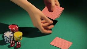 Θηλυκά χέρια που ασχολούνται τις κάρτες στον παίκτη πόκερ, επικίνδυνο παιχνίδι για να αντιμετωπίσει την πρόκληση της μοίρας απόθεμα βίντεο
