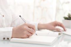 Θηλυκά χέρια που γράφουν με τη μάνδρα Στοκ εικόνα με δικαίωμα ελεύθερης χρήσης