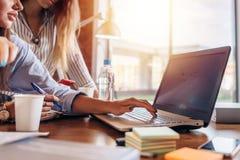 Θηλυκά χέρια που δακτυλογραφούν στο πληκτρολόγιο lap-top δολάριο έννοιας που αλιεύει την εσωτερική εργασία όψης κλίσης σκηνής γρα Στοκ φωτογραφίες με δικαίωμα ελεύθερης χρήσης