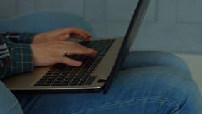 Θηλυκά χέρια που δακτυλογραφούν στο πληκτρολόγιο lap-top στο σπίτι φιλμ μικρού μήκους