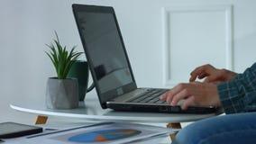 Θηλυκά χέρια που δακτυλογραφούν στο πληκτρολόγιο lap-top στο Υπουργείο Εσωτερικών απόθεμα βίντεο