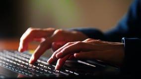 Θηλυκά χέρια που δακτυλογραφούν το κείμενο στο lap-top απόθεμα βίντεο