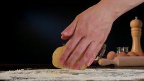 Θηλυκά χέρια που ζυμώνουν τη ζύμη στον πίνακα Στοκ Εικόνες