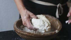 Θηλυκά χέρια που κοσκινίζουν το αλεύρι από το κύπελλο φιλμ μικρού μήκους