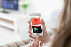 Θηλυκά χέρια που κρατούν το τηλέφωνο με app το ακολουθώντας SCR δραστηριότητας υγείας Στοκ φωτογραφίες με δικαίωμα ελεύθερης χρήσης
