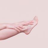 Θηλυκά χέρια που κτυπούν το πόδι του στοκ φωτογραφίες με δικαίωμα ελεύθερης χρήσης