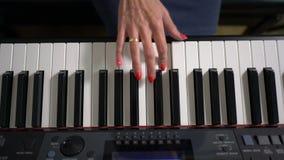 Θηλυκά χέρια που παίζουν το πιάνο απόθεμα βίντεο