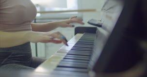 Θηλυκά χέρια που παίζουν το πιάνο στο στούντιο χορού φιλμ μικρού μήκους