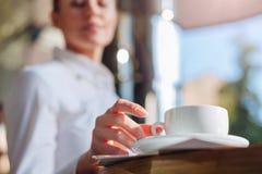 Θηλυκά χέρια που παίρνουν ένα φλιτζάνι του καφέ στοκ εικόνες με δικαίωμα ελεύθερης χρήσης