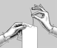 Θηλυκά χέρια που ράβουν με τη βελόνα ένα κομμάτι του υφάσματος ελεύθερη απεικόνιση δικαιώματος