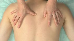 Θηλυκά χέρια που τρίβουν πίσω απόθεμα βίντεο