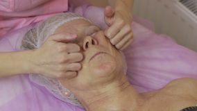 Θηλυκά χέρια που τρίβουν το ανώτερο πρόσωπο γυναικών ` s απόθεμα βίντεο