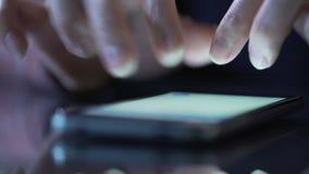 Θηλυκά χέρια που χρησιμοποιούν το smartphone app για να ψωνίσει on-line, που ψάχνουν τα αγαθά στη σελίδα απόθεμα βίντεο