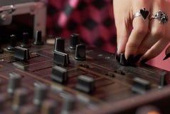θηλυκά χέρια του DJ που αναμιγνύουν τη μουσική Στοκ Εικόνες