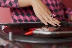 θηλυκά χέρια του DJ που αναμιγνύουν τη μουσική στοκ φωτογραφίες με δικαίωμα ελεύθερης χρήσης