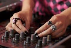 θηλυκά χέρια του DJ που αναμιγνύουν τη μουσική Στοκ φωτογραφία με δικαίωμα ελεύθερης χρήσης