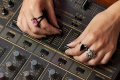 θηλυκά χέρια του DJ που αναμιγνύουν τη μουσική Στοκ εικόνα με δικαίωμα ελεύθερης χρήσης