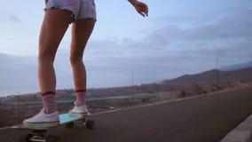 Θηλυκά skateboarders στο υπόβαθρο ουρανού ηλιοβασιλέματος στο σε αργή κίνηση πυροβολισμό steadicam Οδηγήστε το βουνό στην επιτροπ φιλμ μικρού μήκους