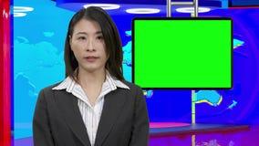Θηλυκές ασιατικές ειδήσεις anchorwoman στο εικονικό στούντιο TV, αρχικά στοιχεία σχεδίου απόθεμα βίντεο