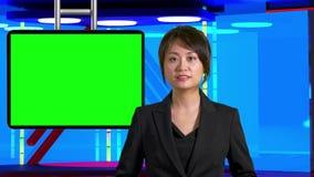 Θηλυκές ασιατικές ειδήσεις anchorwoman στο εικονικό στούντιο TV, αρχικά στοιχεία σχεδίου φιλμ μικρού μήκους