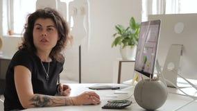 Θηλυκές ειδικές εργασίες στον υπολογιστή και συζητήσεις στο συνάδελφο, που κάθεται στην επιχείρηση απόθεμα βίντεο